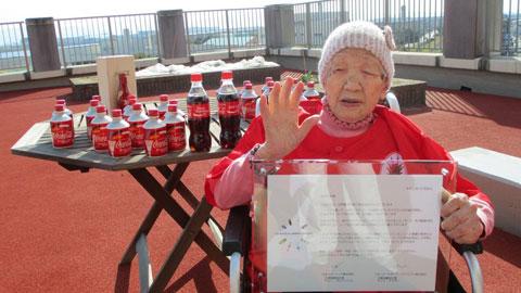 Cụ Kane Tanaka vẫn chơi cờ và uống ... Coca-Cola thường xuyên ở tuổi 118