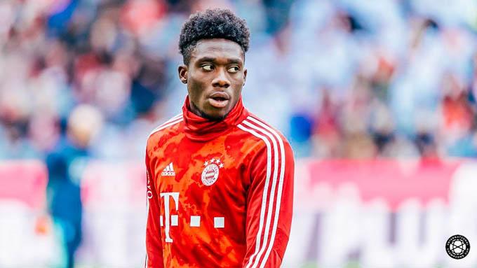 """2. Alphonso Davies (Bayern Munich):Mùa giải trước, Davies thi đấu bùng nổ để giúp Bayern giành """"cú ăn ba"""" và cho tới lúc này của mùa giải 2020/21, anh cùng đội bóng này có thêm 3 danh hiệu. Sự tiến bộ vượt bậc của Davies giúp anh trở thành một trong những hậu vệ trái hay nhất thế giới hiện nay"""