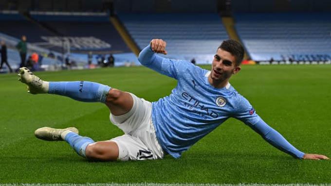 8. Ferran Torres (Manchester City):Chàng tân binh 21 tuổi người Tây Ban Nha đến Man City với nhiều kỳ vọng. Về cơ bản, với 8 bàn và 3 kiến tạo sau 26 trận trên mọi đấu trường, Torres không tệ. Nhưng để chiếm 1 vị trí chắc chắn tại Man City, anh vẫn cần cải thiện rất nhiều