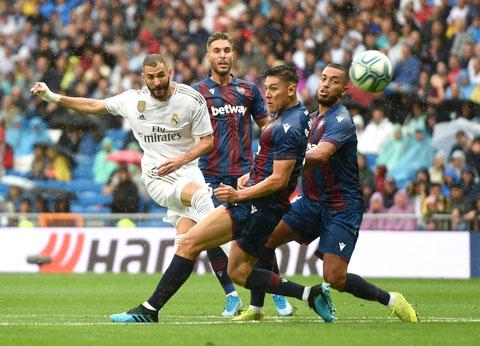 """Benzema (áo sáng) và đồng đội sẽ lại dội """"mưa gôn"""" vào lưới Elche"""