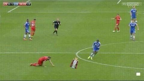 Ảnh chế cú ngã tai hại của Gerrard khiến Liverpool thua Chelsea