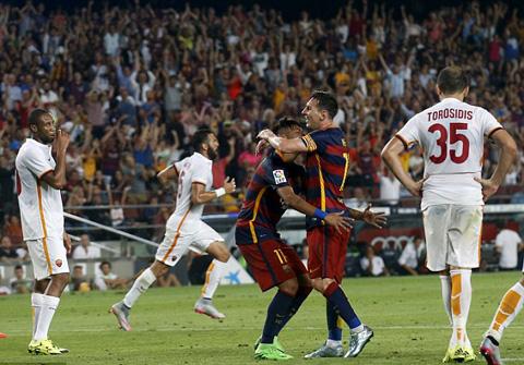 Neymar ăn mừng với Messi