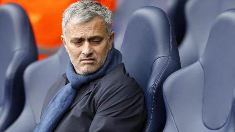 Ghế chưa ấm, Mourinho đã lại chơi dao với Abramovich