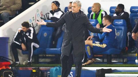 """Chelsea gục ngã trước Leicester: Mourinho bị """"đâm sau lưng"""""""