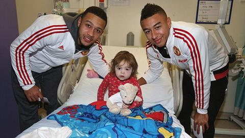 Cầu thủ M.U đến thăm và tặng quà Giáng sinh cho các em nhỏ ở bệnh viện