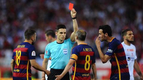 Cầu thủ Barca và Sevilla chơi thô bạo, trọng tài rút thẻ đỏ đuổi 3 người