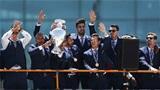 Ronaldo và đồng đội diễu hành mừng cúp EURO ở thủ đô Lisbon