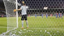 CĐV ném tiền giả vào người thủ môn Donnarumma