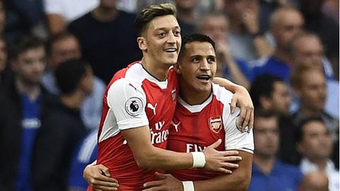 Sanchez và Oezil được tăng 20% lương nếu Arsenal trở lại Top 4