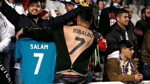 Fan cuồng xăm tên và số áo Ronaldo sau lưng