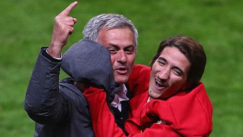 Mourinho đăng ảnh lướt sóng chúc sinh nhật 18 tuổi của con trai