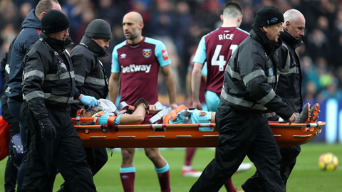 Hậu vệ West Ham nhập viện vì chấn thương kinh dị