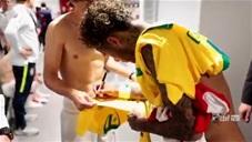 Luka Modric và Neymar xin chữ ký của nhau