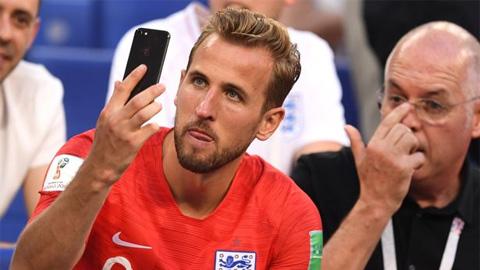 Tuyển thủ Anh tràn lên khán đài chia vui với người thân sau chiến tích vào bán kết