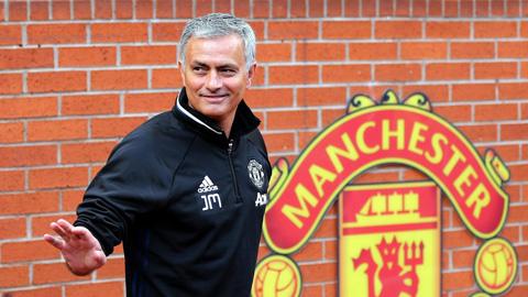 Vì sao M.U chưa sa thải Mourinho?