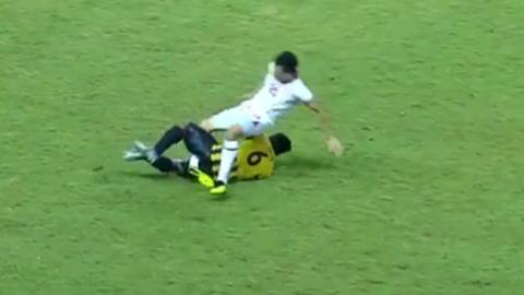Cầu thủ U19 Tajikistan gãy chân sau pha vào bóng của cầu thủ U19 Malaysia