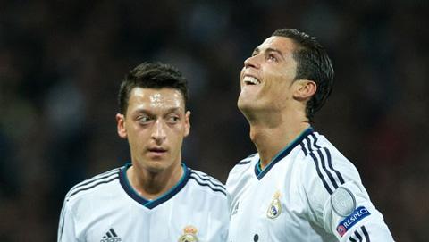 Ronaldo giận dữ vì Real tống khứ Oezil