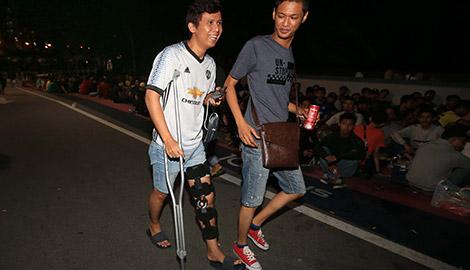CĐV Malaysia chống nạng, thức thâu đêm chờ mua vé chung kết lượt đi