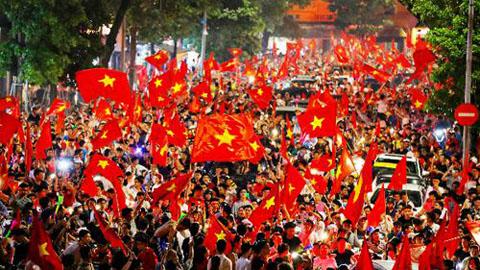Livestream NHM Việt Nam xuống đường ăn mừng chiến thắng