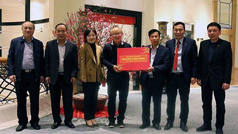 HLV Park Hang Seo nhận lời chúc mừng và quà của Thủ tướng