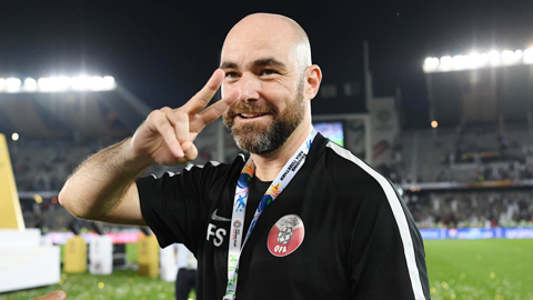 HLV Qatar không lo mất ghế dù đối thủ có là Arsene Wenger