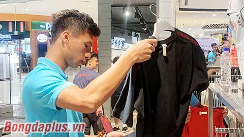 U22 Việt Nam lùng sục mua áo thể thao ở Campuchia