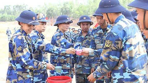 Bát nước nghĩa tình Hội phụ nữ Lữ đoàn HQĐB 147