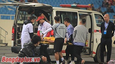 Cầu thủ Brunei đi cấp cứu sau khi va chạm với Thái Lan