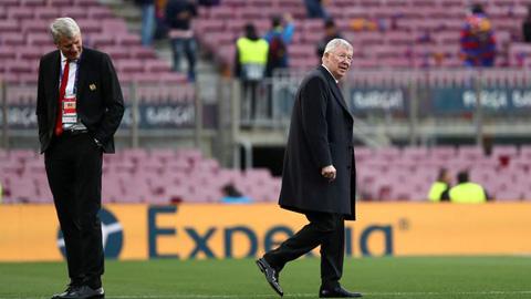 Hậu trường sân có 18/4: Sir Alex tranh thủ… đo sân Nou Camp