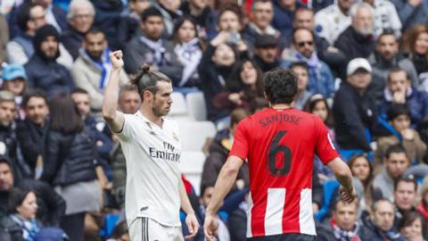 Bale có cử chỉ lạ đáp trả tiếng la ó của fan
