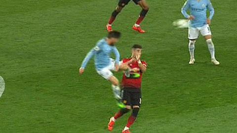 Silva may mắn không bị đuổi sau cú kungfu với Perreira