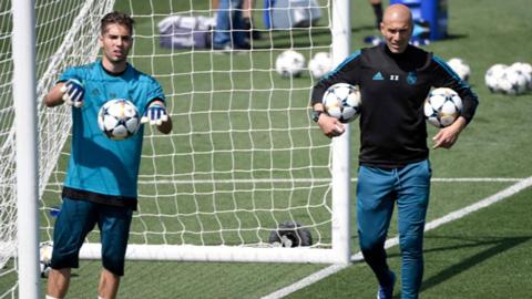 Zidane tiếp tục gạt lệ nhìn thêm một quý tử rời Real