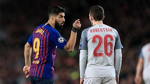 Suarez suýt choảng nhau với Robertson ở trận Barca đại thắng Liverpool