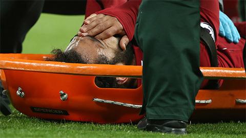Salah bật khóc khi phải rời sân bằng cáng