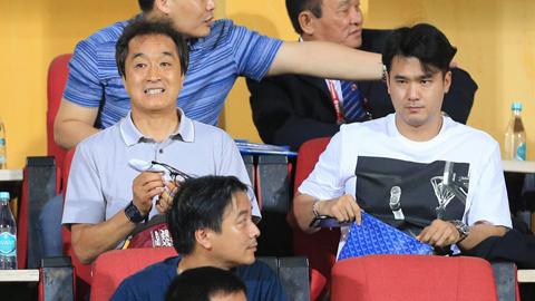 Trợ lý Lee Young Jin vui buồn lẫn lộn ở Hàng Đẫy