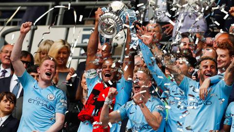 Dàn sao Man City tưng bừng ăn mừng hat-trick danh hiệu quốc nội