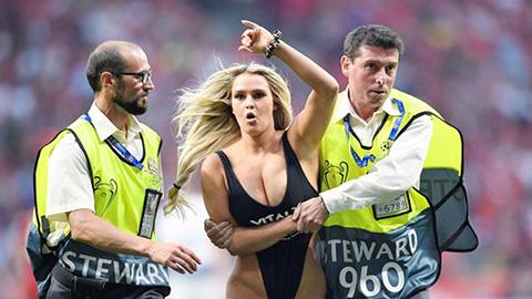 Mẫu nữ làm loạn Champions League nhận quả báo nặng nề