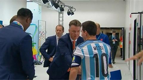 HLV Van Gaal gửi câu hỏi khó đỡ đến Messi
