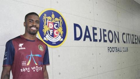 Cầu thủ dính HIV bị đội bóng Hàn Quốc hủy hợp đồng