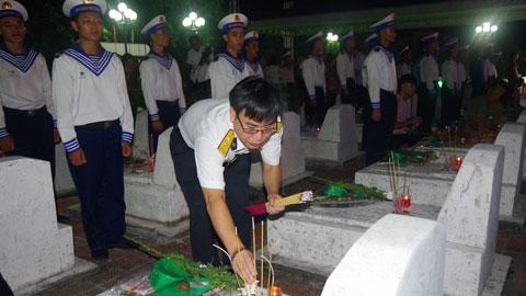 Cán bộ, chiến sĩ Lữ đoàn 147 Hải quân thắp nến tri ân các Anh hùng liệt sĩ