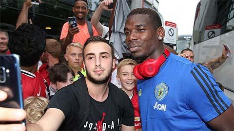 Pogba vui vẻ giao lưu với fan M.U tại quê nhà của Solskjaer