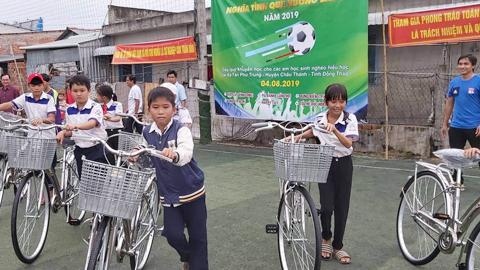 Cựu cầu thủ Đồng Tháp mang nụ cười đến với trẻ em nghèo
