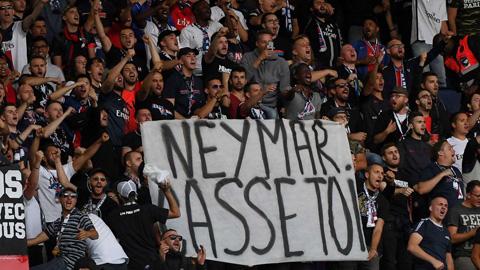 Cổ động viên PSG căng biểu ngữ chửi rủa đòi tống cổ Neymar