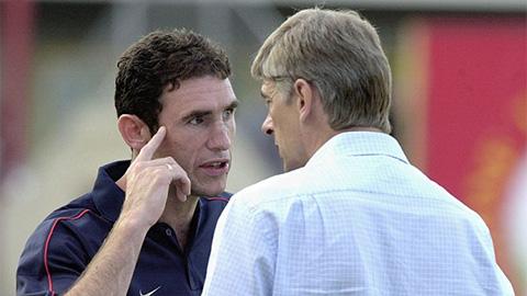 Đã rời Arsenal, HLV Wenger vẫn còn bị trò cũ đổ lỗi