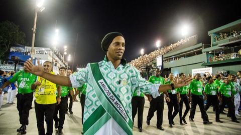 Bị cấm xuất cảnh, Ronaldinho vẫn làm đại sứ du lịch của Brazil