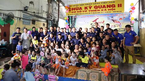 Cầu thủ Sài Gòn FC mang Trung thu đến với trẻ mồ côi