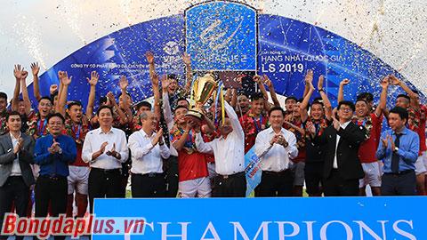 Hồng Lĩnh Hà Tĩnh nâng cúp vô địch, thăng hạng V.League 2020