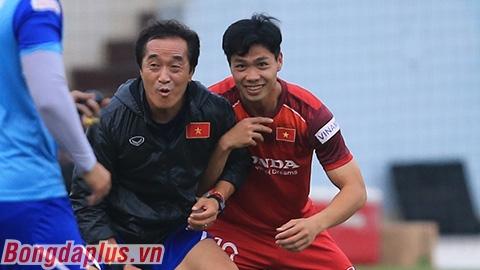 Công Phượng khóa chặt trợ lý Lee khi tập cùng đội tuyển Việt Nam