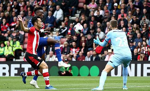 Abraham tiếp tục ghi bàn cho Chelsea