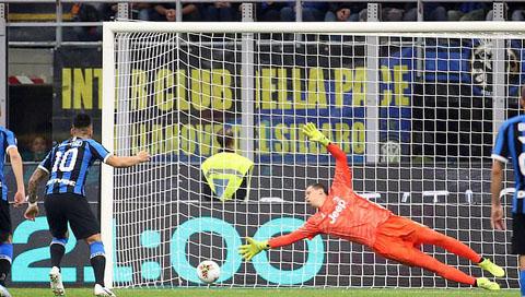 Martinez gỡ hòa cho Inter trên chấm 11m